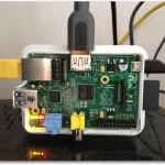 Der Raspberry Pi in einem Case mit angestecktem LAN- und HDMI-Kabel.